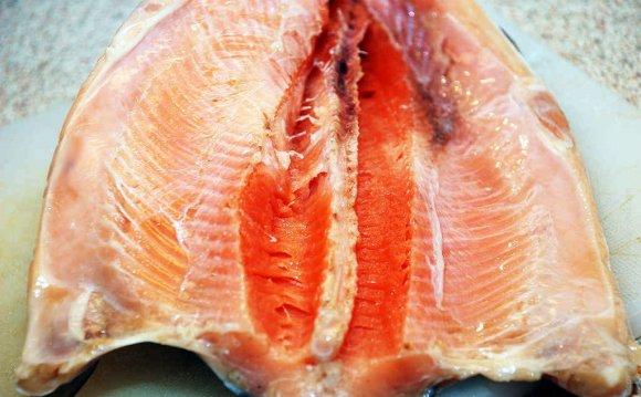 Посыпать рыбу изнутри специями