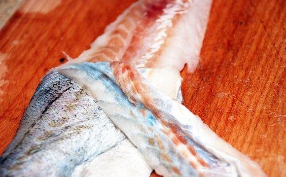 ножом срезать филе с кожи